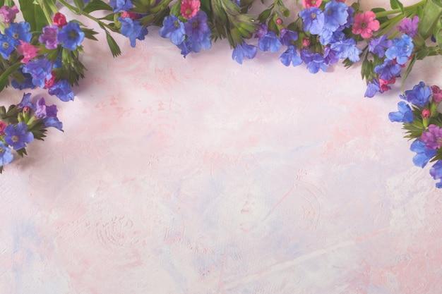 Białe, stonowane kolorowe, modnie malowane różowo-liliowe tło z dziką, zalesioną miodunką na górze.
