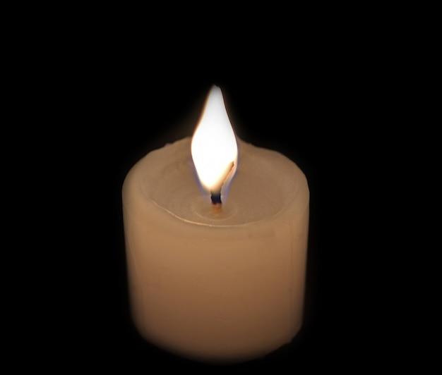Białe świece na czarno.