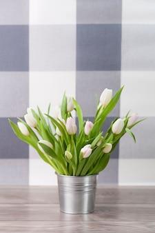 Białe, świeże tulipany w doniczce rustykalnej