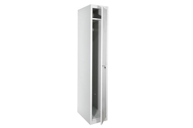Białe szafki ze srebrnymi numerami w jasnym wnętrzu. zmień rzędy metalowych skrzynek w pokoju