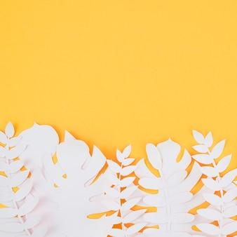 Białe sztuczne liście ze stylu papieru z miejsca na kopię