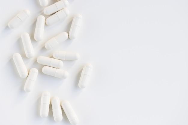 Białe tabletki kapsułki na białym tle