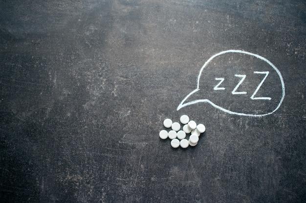 Białe tabletki w kształcie litery z.