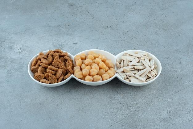 Białe talerze pełne pysznych przekąsek. zdjęcie wysokiej jakości