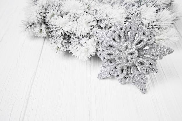Białe tło boże narodzenie. choinki jodła gałęzie z dekoracją.