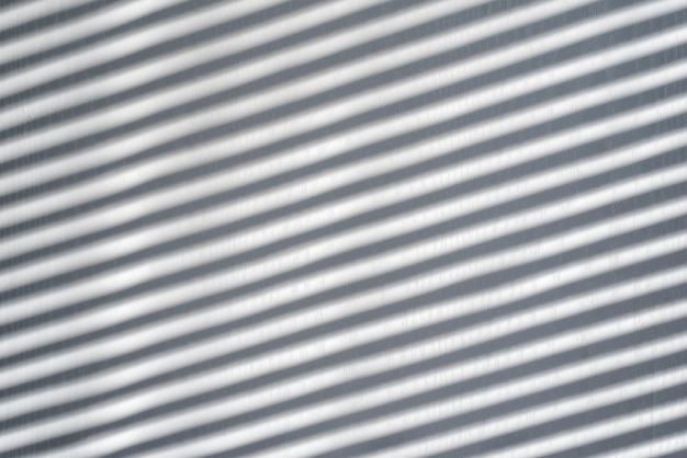 Białe tło drewniane z cieniem z żaluzji. słoneczny dzień, wnętrze