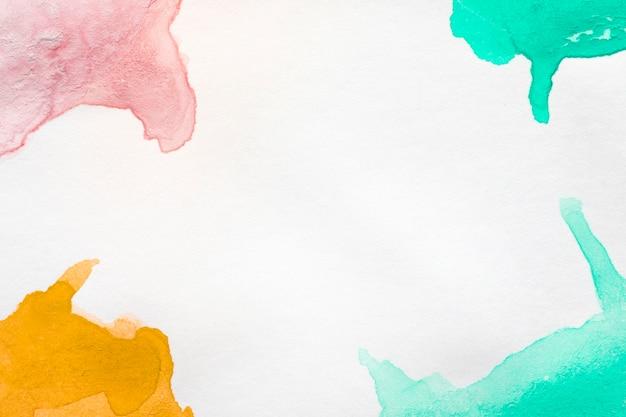 Białe tło i ręcznie malowane plamy