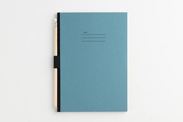 Białe tło naturalna przestrzeń na notatki i ołówek
