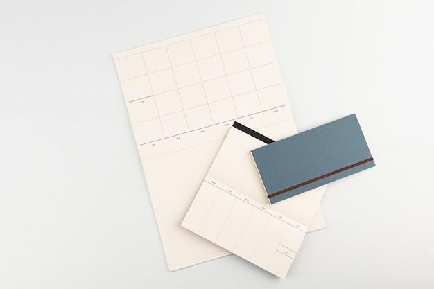 Białe tło pamiętnik i ołówek