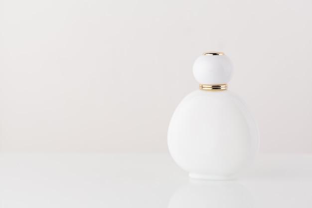 Białe tło perfum kosmetycznych