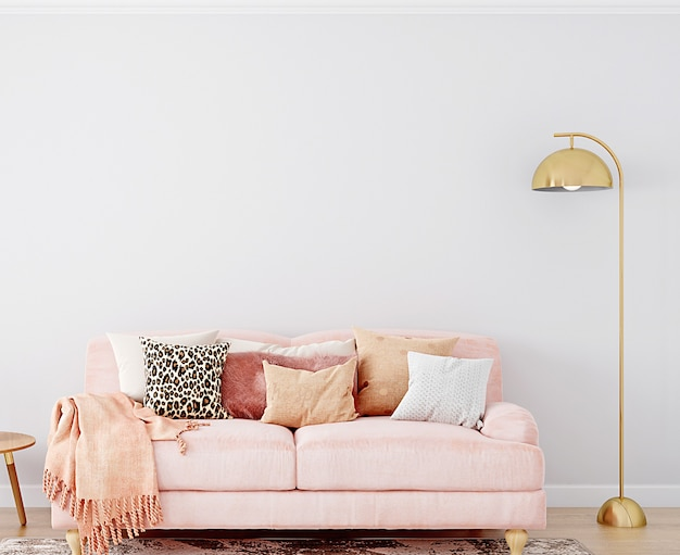 Białe tło ściany z różową sofą