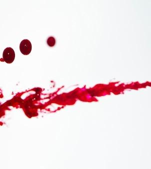 Białe tło z czerwonymi liniami i kroplami