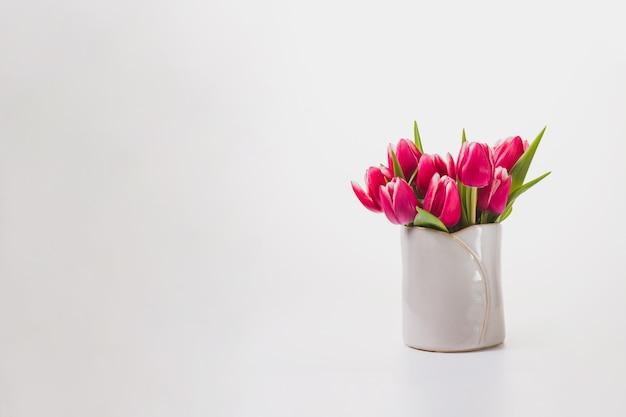Białe tło z pięknych kwiatów