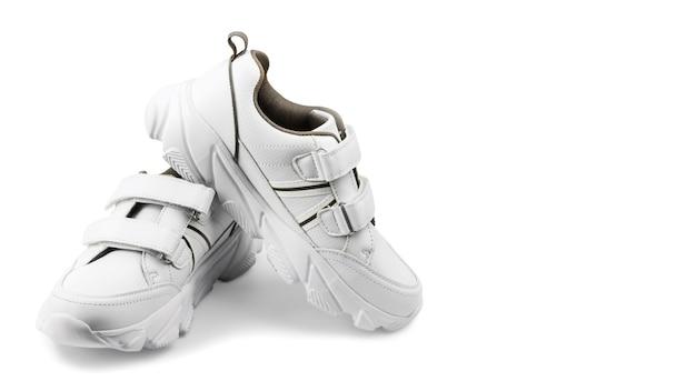 Białe trampki na białym tle, do fitnessu lub sportu, kopia przestrzeń