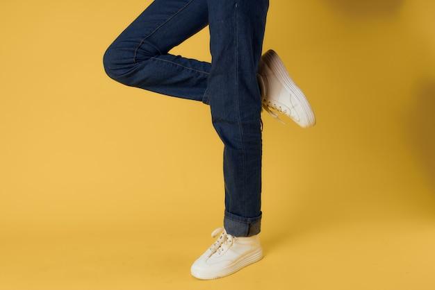 Białe trampki z gestem stopy