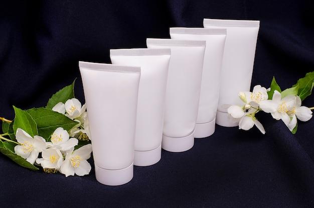 Białe tuby do kremów z kwiatami