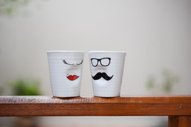 Białe wazony z męskimi i kobiecymi twarzami razem i patrzącymi na siebie