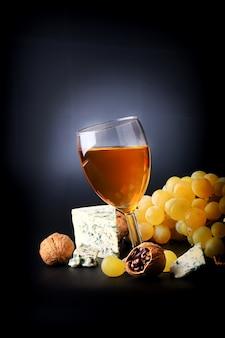Białe wino deserowe winogrona pleśniowy ser orzechowy