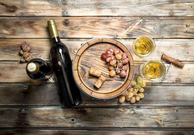 Białe wino w starej beczce na drewnianym stole