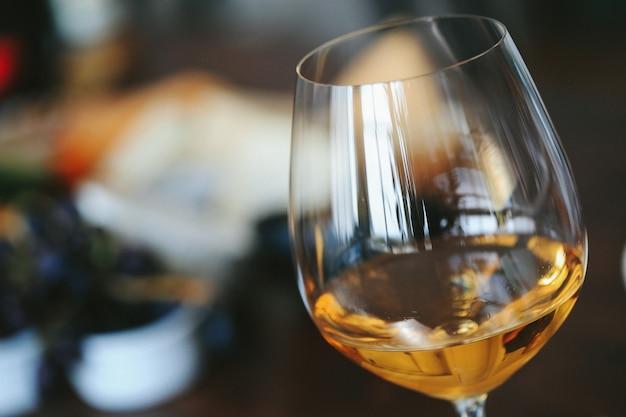 Białe wino w szklance