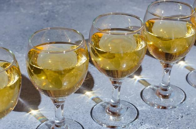 Białe wino w szklanych kieliszkach