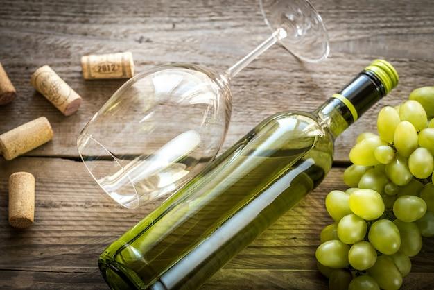 Białe wino z kiścią winogron