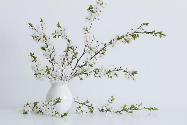 Białe wiosenne kwiaty w wazonie