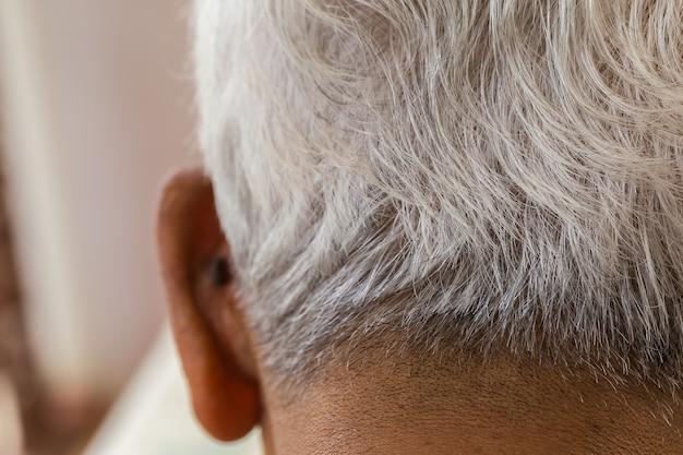 Białe włosy starszego mężczyzny.