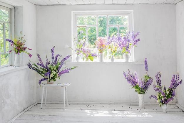 Białe wnętrza vintage z kwiatami