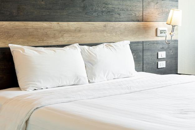 Białe wygodne poduszki