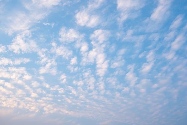 Białe zachmurzenie z niebieskim niebem, falujące chmury na niebie, puszysta chmura.