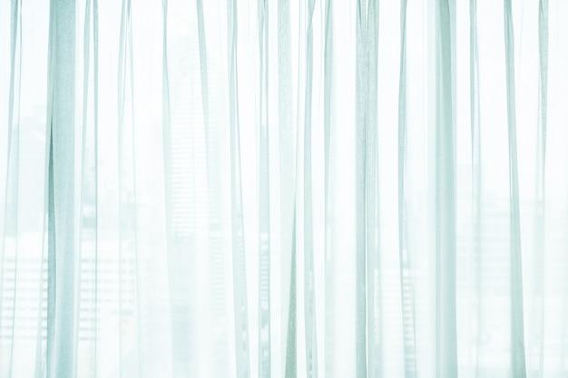 Białe zasłony okienne