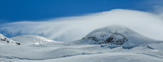 Białe zimowe góry pokryte śniegiem w błękitne niebo pochmurne. alpy. austria. pitztaler gletscher