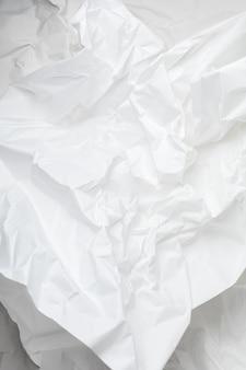 Białe zmięty papier pakowy tło z teksturą i miejscem na tekst