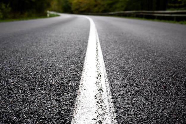 Białe znaki drogowe na asfalcie