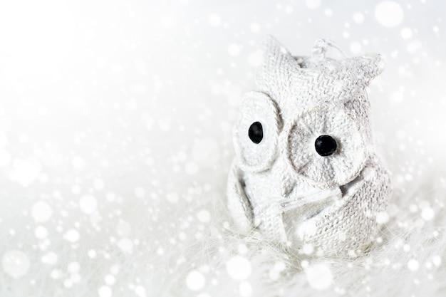 Białego rocznika czytelnicza sowa z książką
