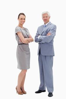 Białego włosy mężczyzna twarz w twarz z kobietą krzyżuje ich ręki i ono uśmiecha się