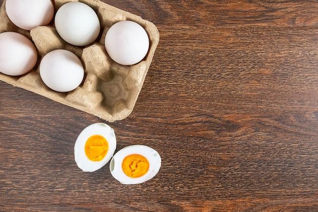 Białej kaczki jajka i solony jajeczny jedzenie na drewnianym stole