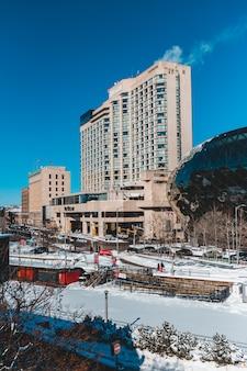 Biali i brown betonowi budynki pod niebieskim niebem podczas dnia