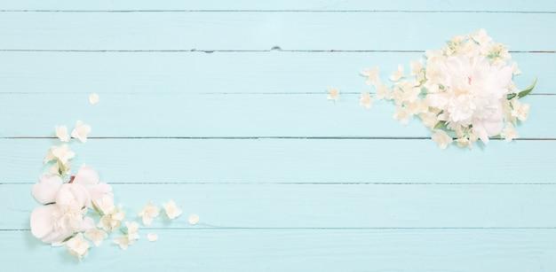 Biali kwiaty na białym drewnianym tle