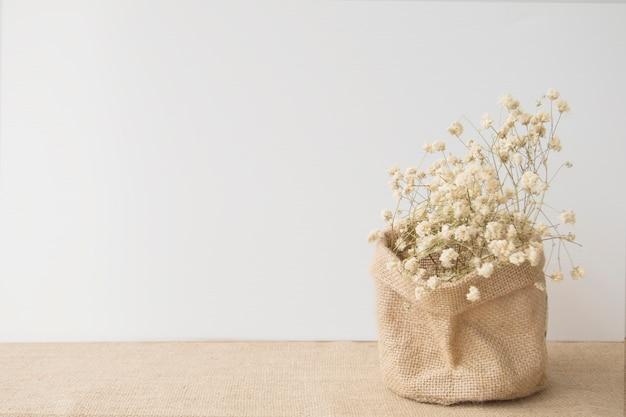Biali kwiaty z kopii przestrzenią na workowym tekstury tle