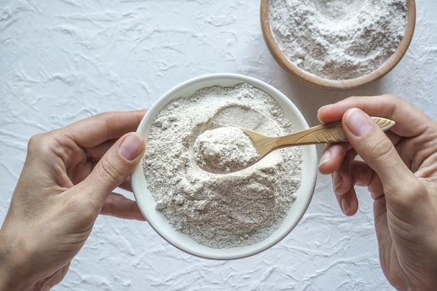 Białko w proszku. adaptogeny ashwagandha w misce. suplement diety