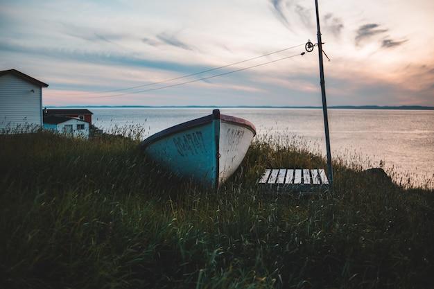 Biało-brązowa łódź wiosłowa