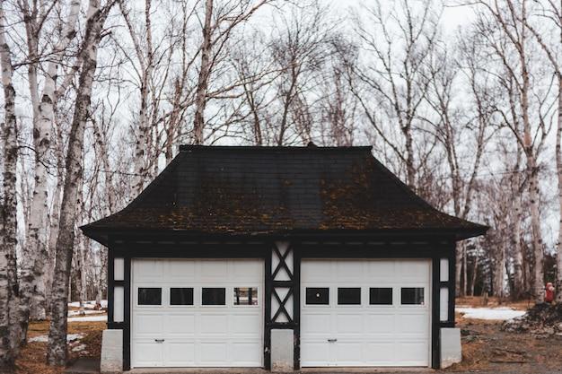 Biało-brązowy drewniany garaż