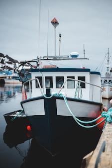 Biało-czarna łódź na wodzie w ciągu dnia