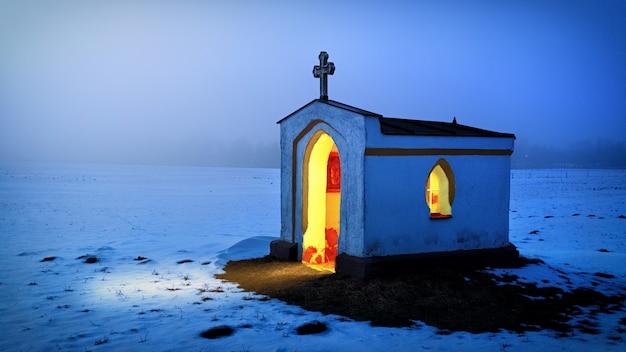 Biało-czarny betonowy kościół zimą