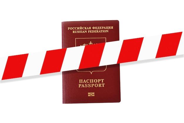 Biało-czerwona taśma ostrzegawcza nad rosyjskim paszportem