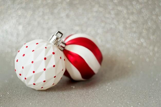 Biało-czerwone kulki - ozdoba choinkowa na nowy rok na świątecznym tle