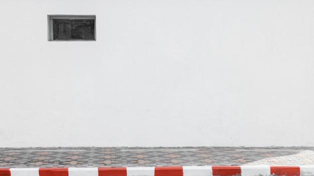 Biało-czerwony pasek na skraju drogi