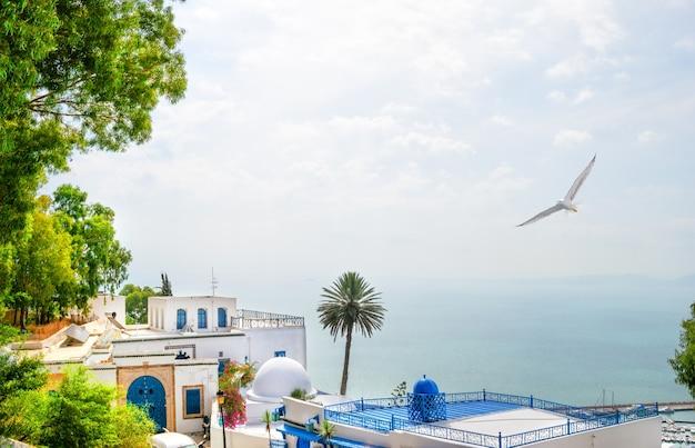 Biało-niebieski budynek i morze na wyspie mykonos